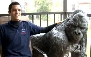 Giovanni precisou de ajuda dos amigos para abrir a estátua antes de procurar o dono (Foto: Reprodução)