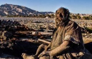 Amou Haji não toma banho há 60 anos