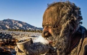 Iraniano fuma, em cachimbo, fezes de animais