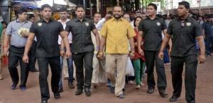 Parakh desfilou com a camisa feita de ouro cercado de seguranças por Yeola