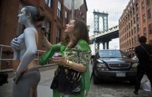 Trina Merry levou cerca de seis horas para criar a aparência invisível (Foto: Bebeto Matthews/AP)